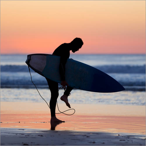 Adesivo murale Silhouette of male surfer on the beach
