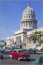 Adesivo murale  Traditonal old American cars passing the Capitolio building, Havana, Cuba - Martin Child