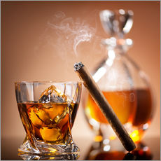Stampa su plexi-alluminio  Cigar on glass of whiskey with ice cubes