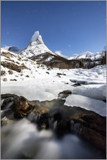 Stampa su plexi-alluminio  Ice on rocks frames the granitic snowy peak of the Stetind mountain under the starry sky, Tysfjord, - Roberto Sysa Moiola