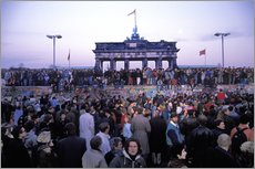 Adesivi murali  Berliners from East and West celebrating the opening of the border at the Berlin Wall