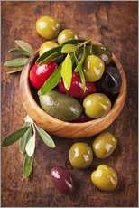 Stampa su plexi-alluminio  Bowl with olives on a wooden table - Elena Schweitzer