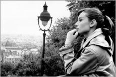 Poster Premium  Audrey Hepburn guarda lontano - Celebrity Collection