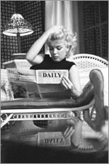 Stampa su vetro acrilico  Marilyn Monroe legge il giornale - Celebrity Collection