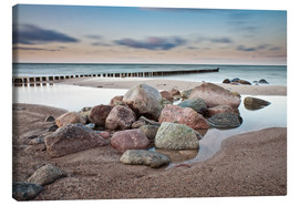 Stampa su tela  Stones and groynes on shore of the Baltic Sea. - Rico Ködder