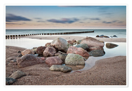 Poster  Stones and groynes on shore of the Baltic Sea. - Rico Ködder