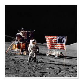 Poster Premium  Apollo 17 astronaut stands near the United States flag