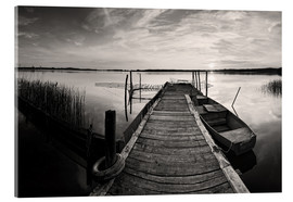 Stampa su vetro acrilico  Wooden pier on lake with fishing boat - black and white - Frank Herrmann
