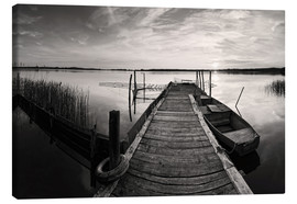 Stampa su tela  Wooden pier on lake with fishing boat - black and white - Frank Herrmann