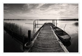 Poster Premium  Wooden pier on lake with fishing boat - black and white - Frank Herrmann