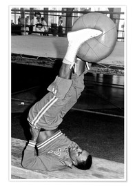 Poster Premium  Joe Frazier during training with a medicine ball