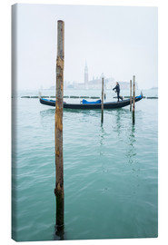 Stampa su tela  Gondolier with his gondola on the water in Venice in fog - Jan Christopher Becke