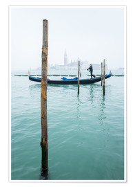 Poster Premium  Gondolier with his gondola on the water in Venice in fog - Jan Christopher Becke