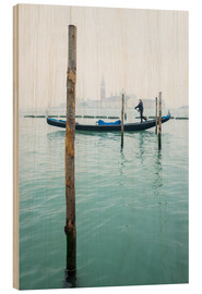 Stampa su legno  Gondolier with his gondola on the water in Venice in fog - Jan Christopher Becke