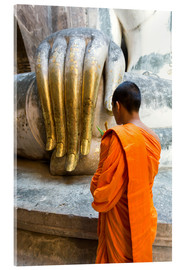 Stampa su vetro acrilico  Monk praying in front of Buddha Hand - Matteo Colombo