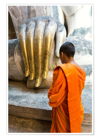 Poster Premium Monk praying in front of Buddha Hand