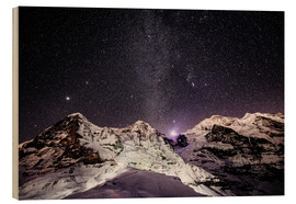 Stampa su legno  Eiger, Monch and Jungfrau mountain peaks at night - Peter Wey