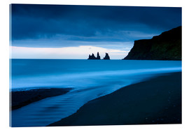 Stampa su vetro acrilico  Twilight view towards rock stacks at Reynisdrangar off the coast at Vik, South Iceland, Iceland, Pol - Lee Frost