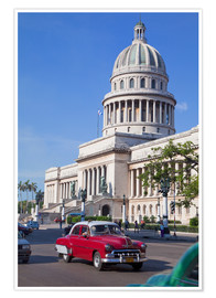 Poster  Traditonal old American cars passing the Capitolio building, Havana, Cuba - Martin Child