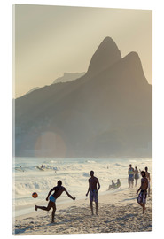 Stampa su vetro acrilico  Locals playing football on Ipanema - Alex Robinson