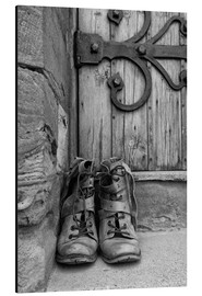 Alluminio Dibond  Worn boots before a door - John Short