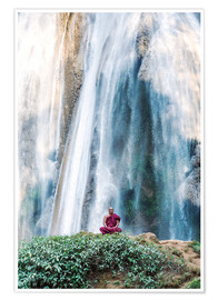 Poster Premium  Monk meditating at a waterfall - Matteo Colombo