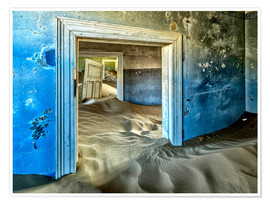Poster Premium  Sand in the premises of an abandoned house - Robert Postma