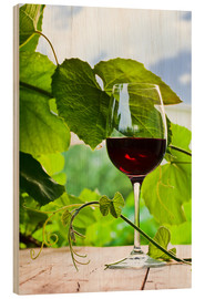 Stampa su legno  glass with red wine in vineyard