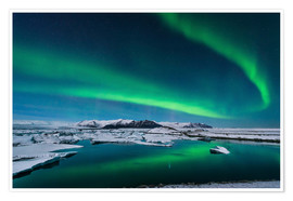 Poster Premium  The northern lights dance over the glacier lagoon in Iceland. - John Davis