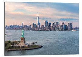 Alluminio Dibond  Aerial view of Statue of Liberty and World Trade Center at sunset, New York city, USA - Matteo Colombo