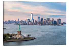 Stampa su tela  Aerial view of Statue of Liberty and World Trade Center at sunset, New York city, USA - Matteo Colombo