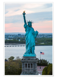 Poster Premium  Aerial view of the Statue of Liberty at sunset, New York city, USA - Matteo Colombo