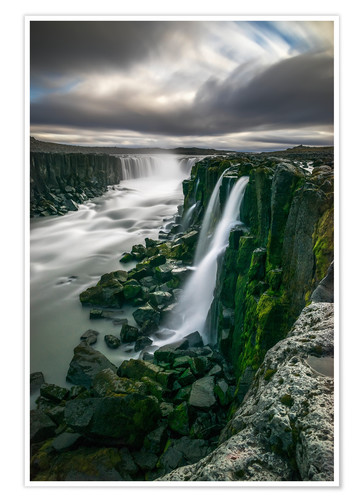 Poster Premium Waterfall flowing over moss covered cliffs, Selfoss, Iceland
