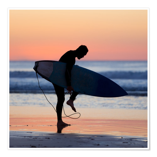 Poster Premium Silhouette of male surfer on the beach