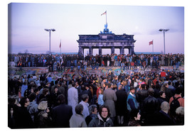 Stampa su tela  Berliners from East and West celebrating the opening of the border at the Berlin Wall