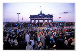 Poster Premium  Berliners from East and West celebrating the opening of the border at the Berlin Wall