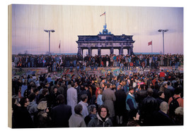 Stampa su legno  Berliners from East and West celebrating the opening of the border at the Berlin Wall