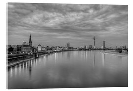 Stampa su vetro acrilico  Düsseldorf skyline in the evening in black and white - Michael Valjak