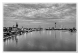 Poster  Düsseldorf skyline in the evening in black and white - Michael Valjak