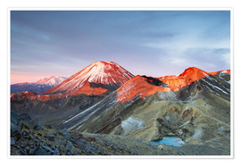 Poster Premium  First light on the volcano, Tongariro crossing, New Zealand - Matteo Colombo
