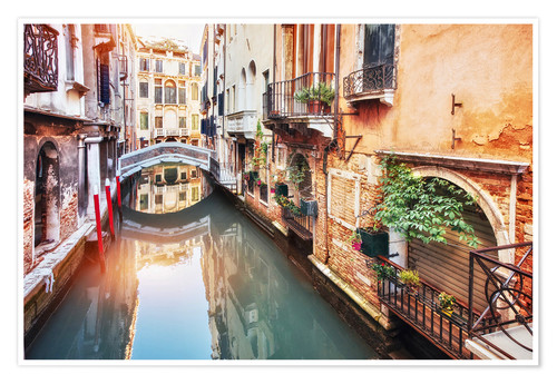 Poster Premium Traditional gondolas between colorful houses in Venice