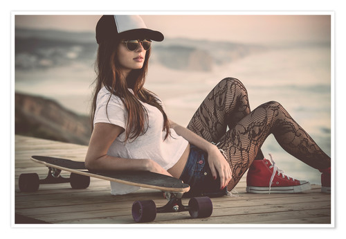 Poster Premium Beautiful young woman posing with a skateboard