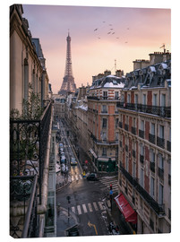 Stampa su tela  Street in Paris with Eiffel tower at sunset - Jan Christopher Becke
