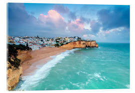 Stampa su vetro acrilico  View of Carvoeiro village surrounded by sandy beach and turquoise sea at sunset, Lagoa Municipality, - Roberto Sysa Moiola