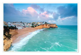 Poster Premium  View of Carvoeiro village surrounded by sandy beach and turquoise sea at sunset, Lagoa Municipality, - Roberto Moiola