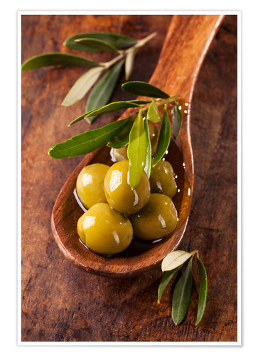 Poster Premium Spoon with green olives on a wooden table